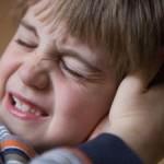 на фото у ребенка стреляет в ухе