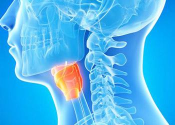 При каких заболевания у пациента болит горло с левой или с правой стороны при глотании