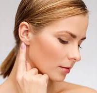 Почему возникает такое ощущение, когда при глотании щелкает в ухе.