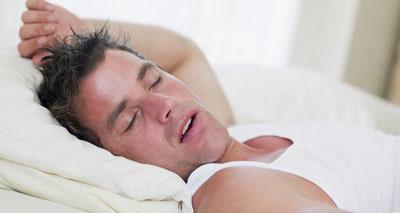 Во сне человек дышит ртом, из-за чего слизистая оболочка пересыхает